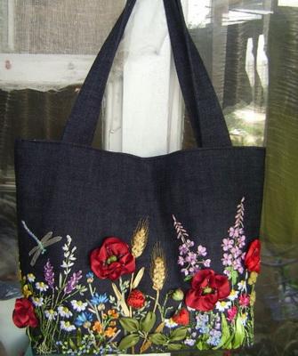 6295ed98afc5 Совершенно эксклюзивно можно украсить джинсовую сумку, как с помощью  вышивки, так и росписи. Для вышивки понадобятся толстые шерстяные или  акриловые нитки ...