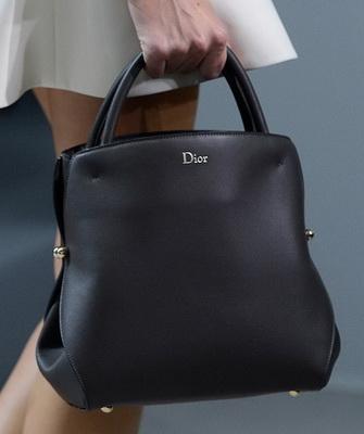 97baaf94d626 Свой узнаваемый стиль есть и у знаменитых моделей Christian Dior. Дизайнеры  этого Модного Дома элегантно обыгрывают вечную классику  модели  прямоугольной ...