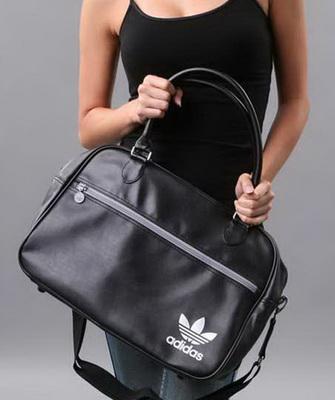 Они позволят создать оригинальные и выигрышные фактуры и активно  задействовать модную цветовую гамму. Эту тенденцию отлично демонстрируют  спортивные сумки « ... 78c92be051a