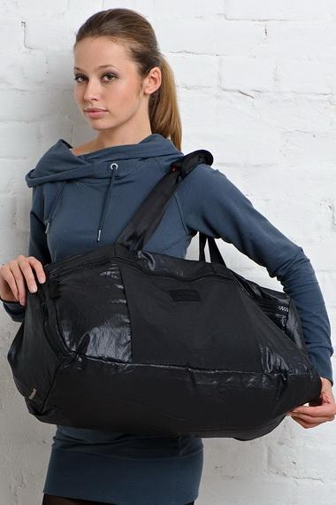 944b06288389 Это законное желание любой модницы дизайнеры учитывают при разработке  свежих коллекций не только одежды, но и аксессуаров. Какие именно сумки для  фитнеса в ...
