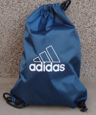 ceb7bfc21c61 Поэтому очень важно выбрать не только правильный фасон и стиль сумки для  спортивной формы, но и её размеры. Определить их довольно просто: выложите  перед ...
