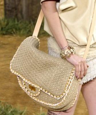 37af1c315031 Другой тренд, который актуален для подростков – «месседжеры» или «сумки  почтальона», удобные, практичные, их носят через плечо на длинном широком и  удобном ...