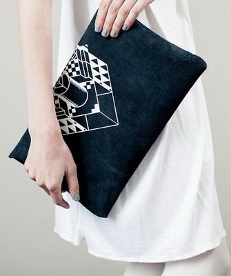 f52bfa7b8a11 А отделка вышивкой, полудрагоценными камнями, пайетками, стразами и  цепочками считается классикой жанра. Правило самого модного аксессуара –  чем миниатюрней ...