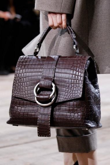 b2c9fbe52eea На выбор самых искушенных модниц представлены оригинальные формы и  материалы, новое прочтения классики и стиля «ретро». Все подробности модных  тенденций ...