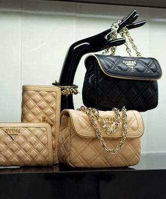 53948506bfec Именно такой стала сумка luxe от Guess, которая считается эталоном стиля.  Бренд редко идет на поводу у модных веяний, предпочитая создавать  собственный ...