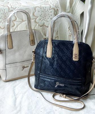 2954f22cc9ce Этим же принципам соответствует еще одна из самых узнаваемых моделей бренда  — сумка Guess «кроссбоди». Эти модели были заявлены как аксессуары для ...