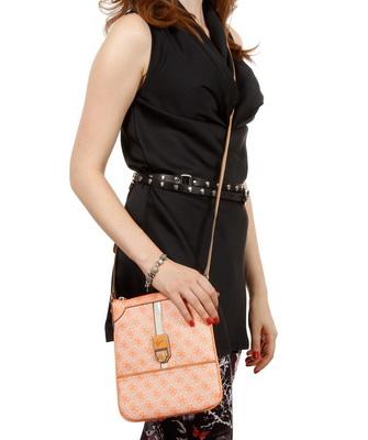 b644bbe43ff3 Маленькие сумки Guess – это особая история в линейках бренда. Марка всегда  ориентировалась на свободную, и самодостаточную женщину, которая не носит с  собой ...