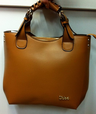 Теперь же их внимание привлекают оригинальные бредовые сумки от китайских  дизайнеров. f6bbdc73370