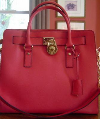 b2e265860e37 В серии Michael Kors Saffiano сумки представлены в большом разнообразии.  Ярким аксессуаром, привлекающим внимание многих модниц, сразу стала модель  Hamilton ...