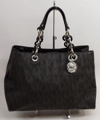 9ba69fcf295e Для ежедневной носки многие женщины отдают предпочтение сумке Michael Kors  Cynthia Medium Black. Изделие отличается высоким качеством, так как  изготовлено ...