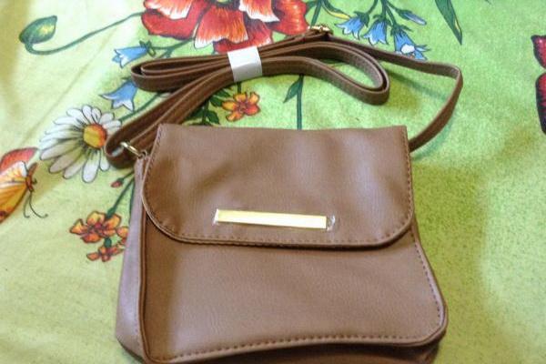Новинкой среди аксессуаров популярной косметической компании стала сумка  Ника от Эйвон, которая принадлежит к числу миниатюрных дамских сумочек. 8775a425458
