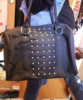 47761841fe52 Выше представлена сумка Натали от Эйвон, которая является ярким отражением  стиля глем-рок. Именно поэтому этот стильный аксессуар не сможет оставить  ...