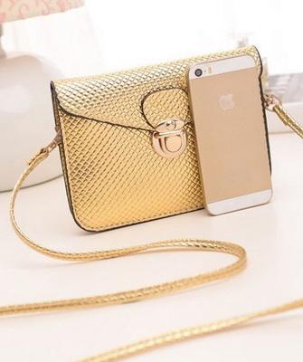 9c86cca938e4 Небольшие клатчи из блестящей кожи прекрасно дополнят собой дневной или  вечерний женский образ. Маленькие лакированные сумки выбирают стильные  девушки с ...