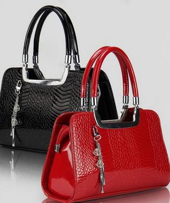 47c904ccfc2b Модные лакированные сумки, предназначенные для особого случая, отличаются  яркостью, стильностью и роскошью. Дизайнеры активно используют декоративные  ...