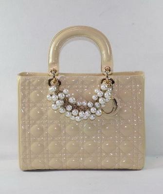 585d73baa1b5 Не менее популярной и универсальной является бежевая лакированная сумка,  правда, подходит она больше для теплого времени года. Модели, выполнены из  бежевой ...