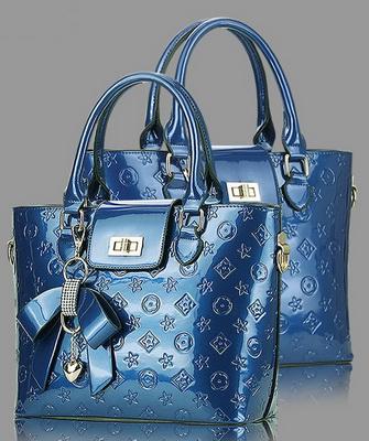 3ef2bcdcbe5e Синяя лакированная сумка позволяет освежить образ, при этом она гармонично  сочетается с базовыми предметами женского гардероба. Синий – благородный  цвет ...