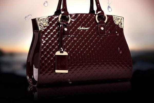 46e739c1baed Выше на фото самые дорогие сумки представлены несколькими брендами, которые  действительно выпускают женские аксессуары по высокой цене.