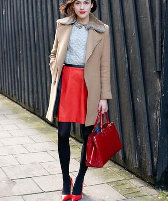 Черное платье красная сумочка