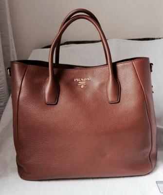 74a706421e3e На этом фото все женские сумки Прада выполнены из качественной кожи –  гладкой или тисненой. Модный дом в процессе создания коллекций стильных  сумочек ...