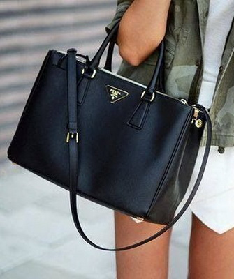 429c2333546a Черная сумка Прада подходит под любой гардероб, выбрав такой аксессуар, нет  необходимости каждый день тратить время на тщательный подбор наряда.