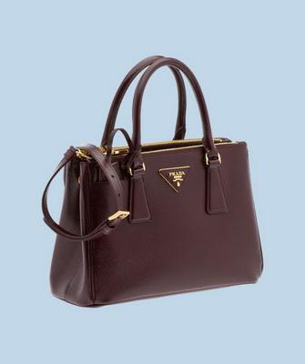 ace63e6d094d Коричневая сумочка Prada Saffiano отлично подходит для создания  повседневного женского образа. Такие модели выбирают деловые женщины,  поскольку аксессуар ...