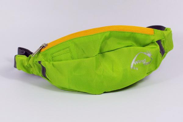 679b486c0f05 Самой востребованной моделью является поясная сумка для бега, которая  размещается на талии с помощью пластиковых регуляторов, благодаря чему  надежно ...