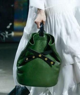 Среди всего разнообразия заслуживают нашего внимания сумки в форме рюкзаков.  Немного ниже на фото сумки в форме рюкзака выполнены в разных цветах – от  ... 704bf086274
