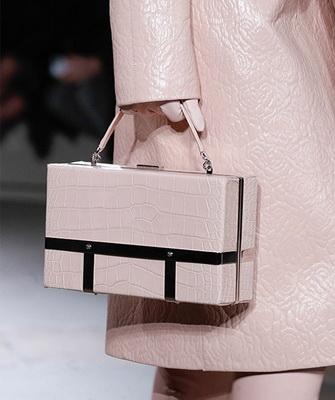 802628e44eb8 Мир моды потрясли необычные сумки от Mary Katrantzou, имеющие форму  кухонных губок. Дизайнер создал свою коллекцию специально для  экстравагантных и ...