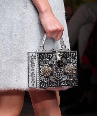 cb370d2064a6 Достаточно необычные формы сумочек можно найти в коллекциях таких дизайнеров,  как Céline, Thakoon, Narciso Rodrigues.