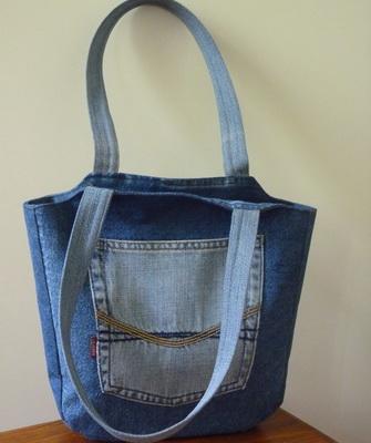 1d959eda9696 Если вверху сумки остались лямки от джинс, можно вставить в них красивый  ремень. Пляжная сумка из старых джинсов своими руками ...